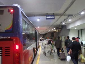 ターミナル1の無料シャトルバス乗り場と巡回バス