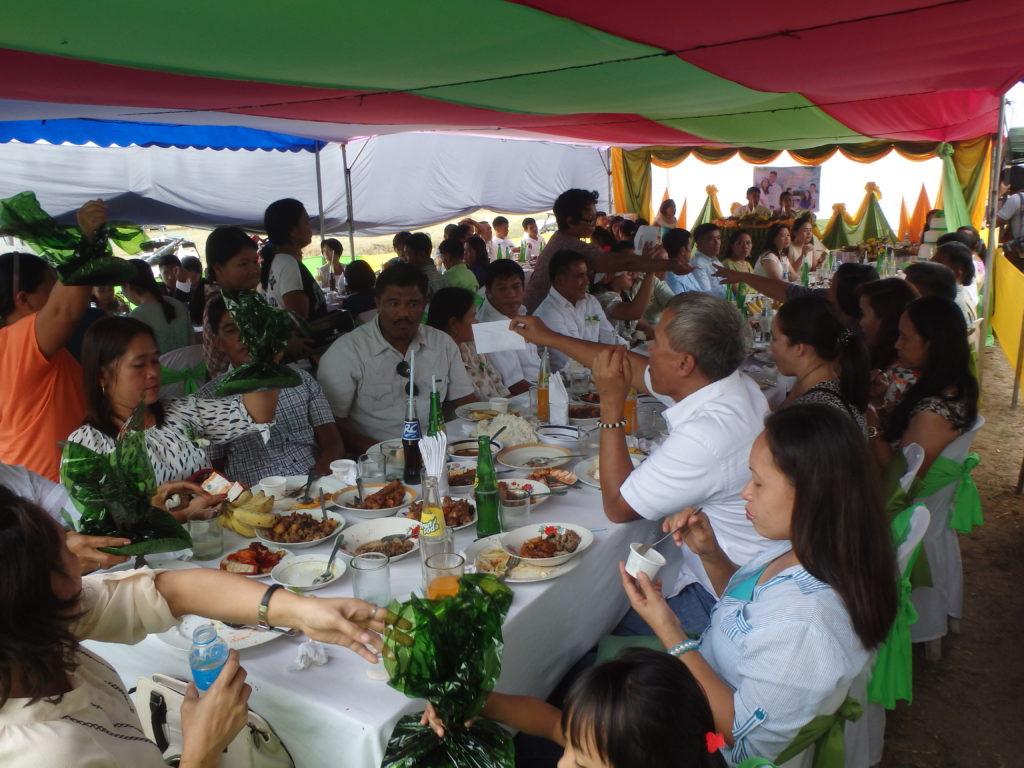披露宴で食事をする参加者たち