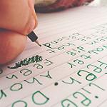 ノートにボールペンで文章を書いている