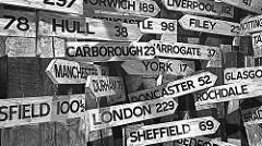 ロンドン、ヨークなどイギリスの各地域を示す数十個の案内ボード