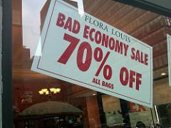 Bad Economy Sales 70%offと書かれたポスター