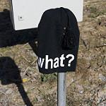 Whatと書かれた帽子