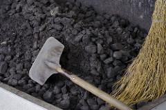 石炭とスコップ
