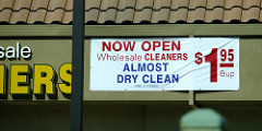 Wholesale Cleaners Almost Dry Cleanと書かれた幕