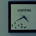 Whateverと彫られている柱時計。時刻を示す数字のポジションがでたらめです。