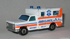 Ambulanceと書かれたプラモデル