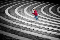 曲がりくねった道で遊ぶ子供