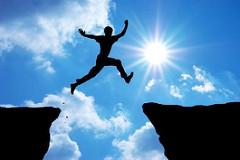 谷から谷へジャンプする人間