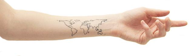 腕に描かれたワールドマップ