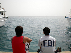 FBIのロゴが入ったTシャツを着る青年