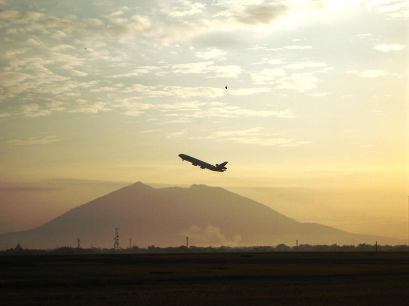 ピナツボ山を背景にクラーク国際空港から飛び立つ旅客機