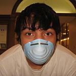 マスクをする青年