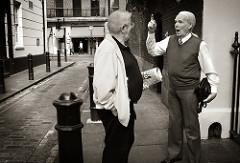 討論する老人2名