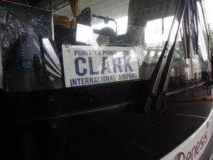 バスのフロントガラスに取り付けられているClark International Airportと書かれたプレート