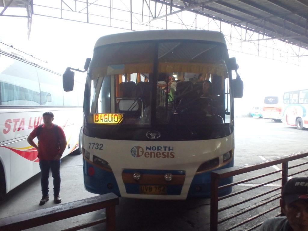 ダウバスターミナルに停車するバギオ行きのバス