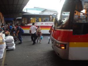 フィリピンクラークのダウバスターミナルに並ぶ長距離バス