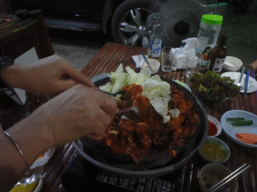 三段腹肉入りつくみ3人前の鉄板焼き調理風景