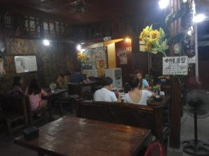 ツクミで食事を楽しむフィリピン家族