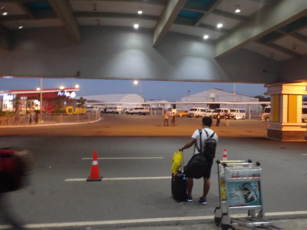 クラーク国際空港の出口を出たところ
