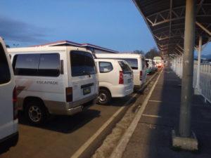 ジプニー、タクシー、バス乗り場