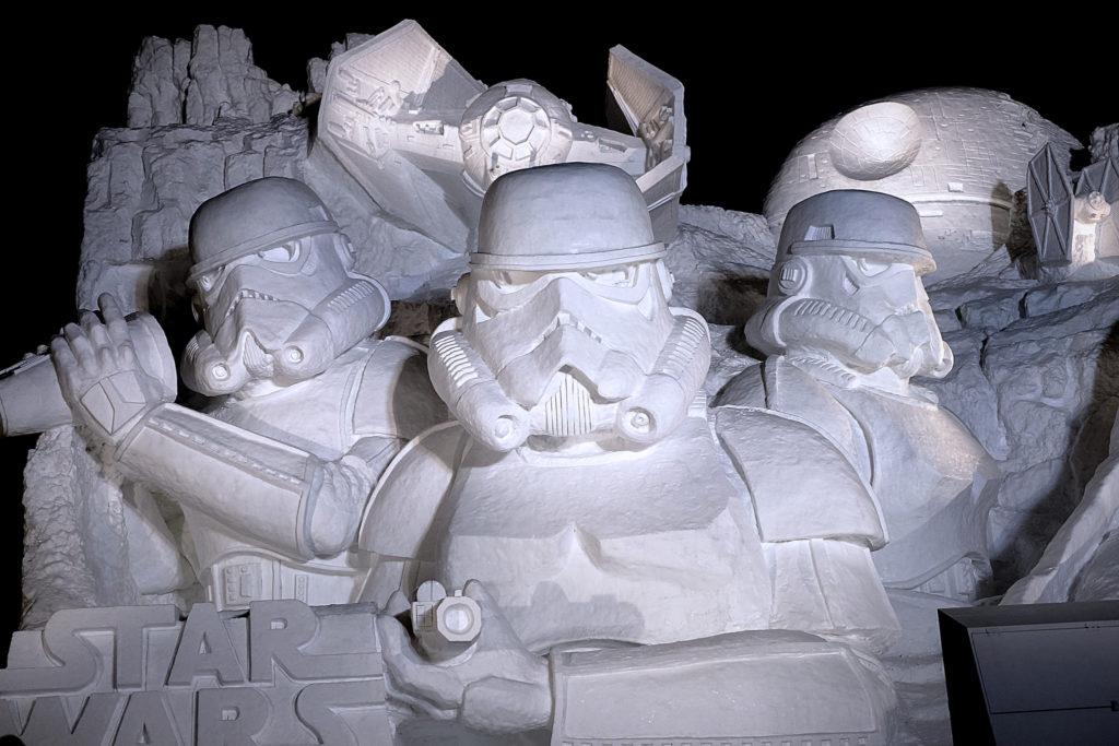 雪で作られたスター・ウォーズの兵士たち
