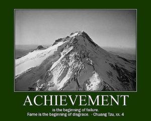 Achievementsと書かれた山の頂上の写真