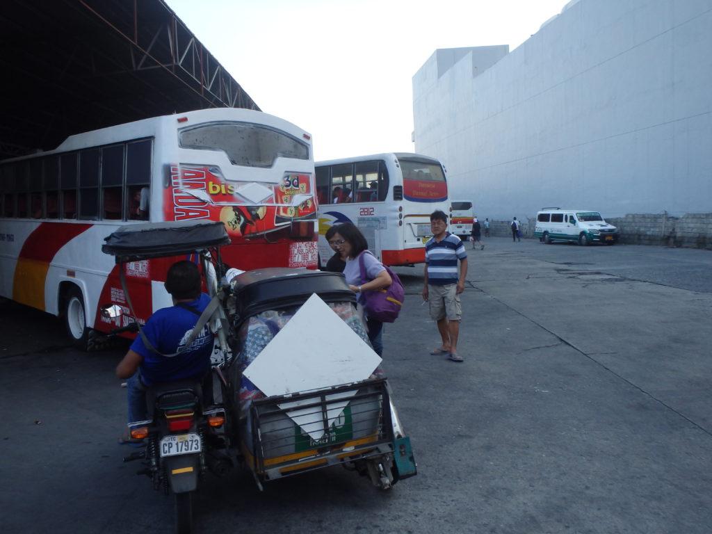 DAUバスターミナルでトライシクルから下車する人たち