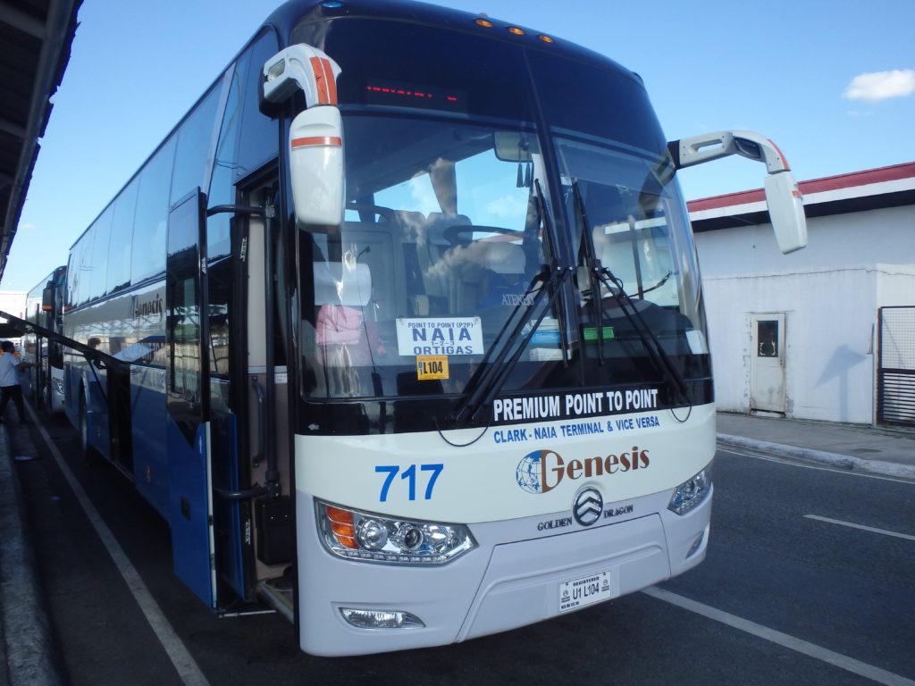 Premium Point to Point (PPTP)直行バスの正面。プレートにはオルティガス経由マニラ国際空港行きと書かれています。