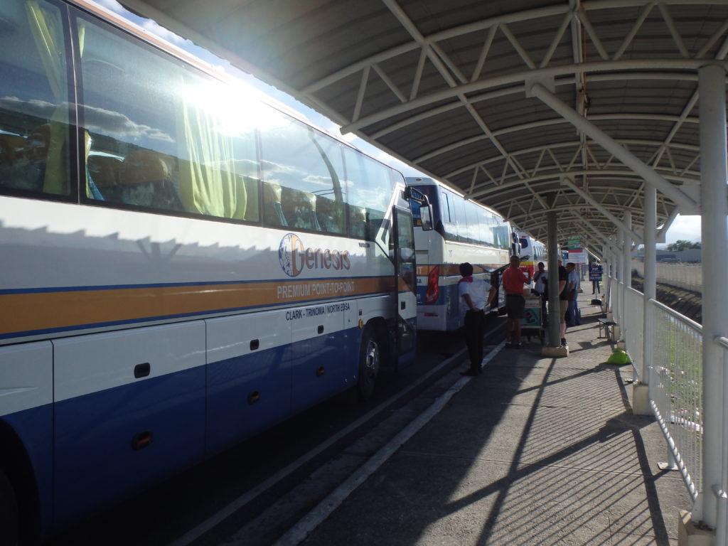 3台並ぶGenesisのバス