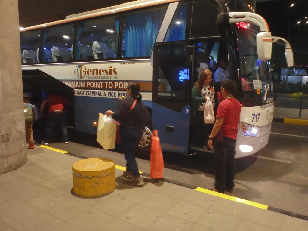 バスから降りる乗客