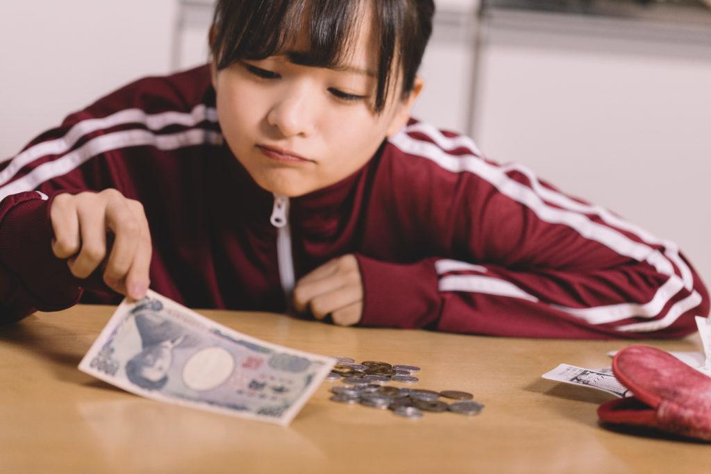 小銭を数える女性