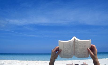浜辺で本を読む人