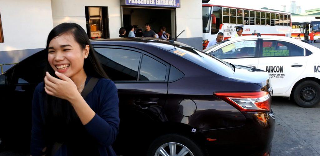 パサイバスターミナルのタクシー降り場付近にたたずむ家政婦ジェニー