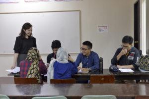バギオのHELPロンロン校でグループ授業を受ける学生たち。