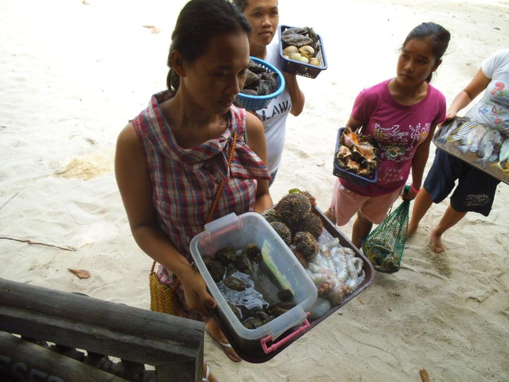 パラワンの小島で魚を売る魚売りたち