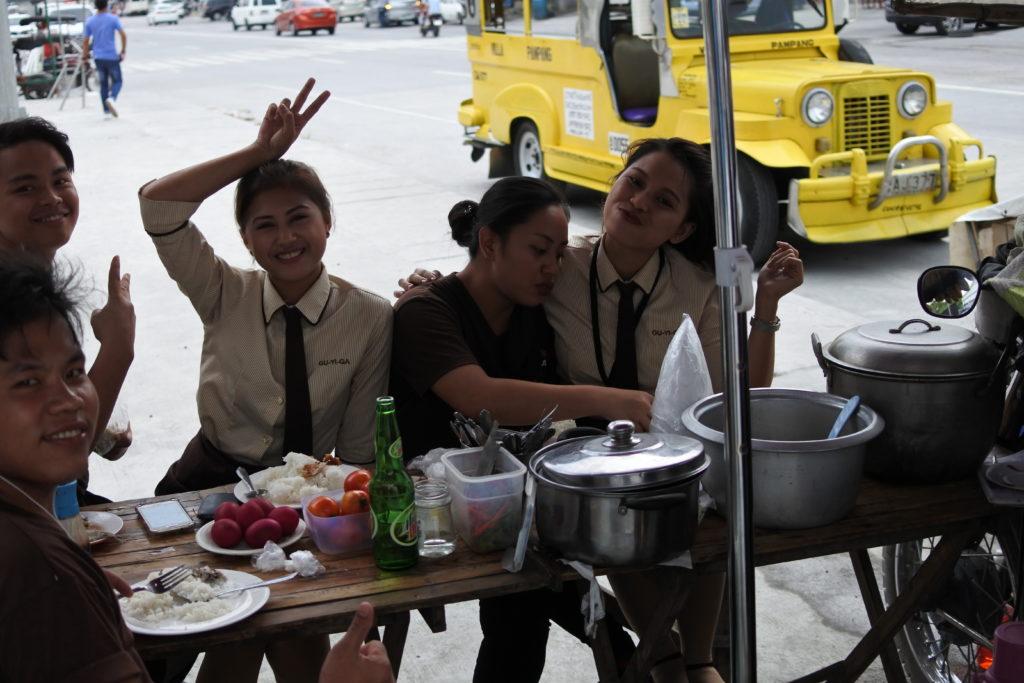 屋台でポーズを取ってくれる若い女性たち