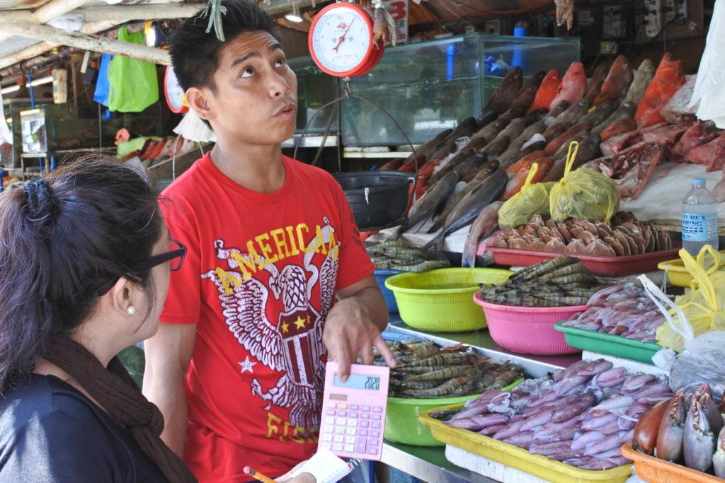 ダンパ魚屋の店員と値段交渉する家政婦