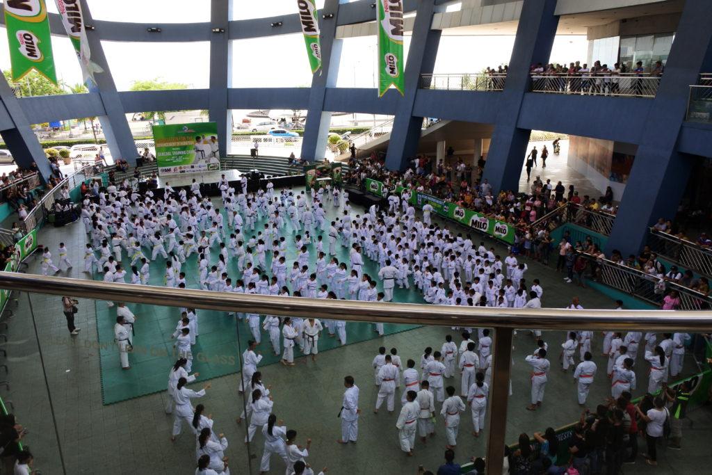 MOAの広場で開催されているフィリピン空手キッズの演武会