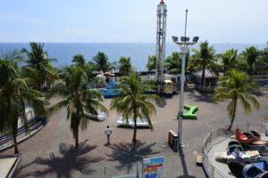 MOAと遊園地をつなぐ歩道橋から撮影したマニラ湾