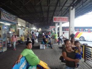 バス乗り場と商店の道