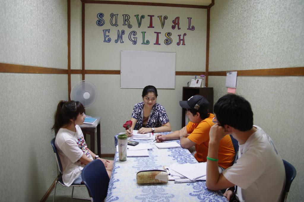 セブCGという語学学校のグループ授業風景