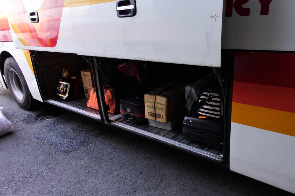 バスのサイドトランクと保管されているスーツケース