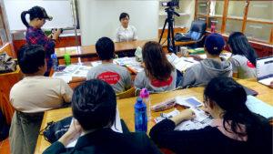 プレゼンテーションをするビジネスコースの学生