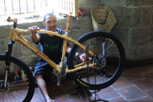竹自転車の手入れをするスタッフ