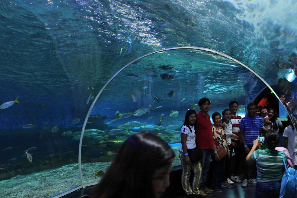 海底トンネル内で記念写真を撮る家族連れ