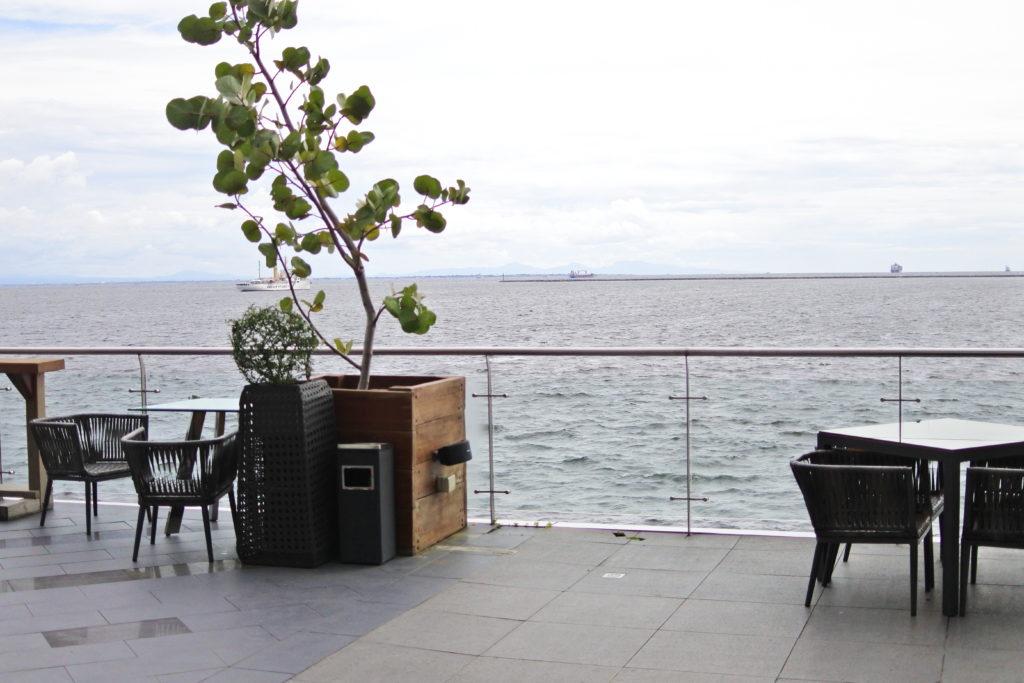 マニラオーシャンパークから眺めるマニラの海