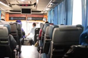 3人バスの車内写真