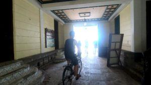 自転車に乗って事務所から街へ移動するツアーグループ