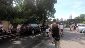 街を自転車で通り抜けているツアーグループ