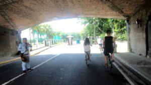 街を自転車で駆け抜けているツアーグループ